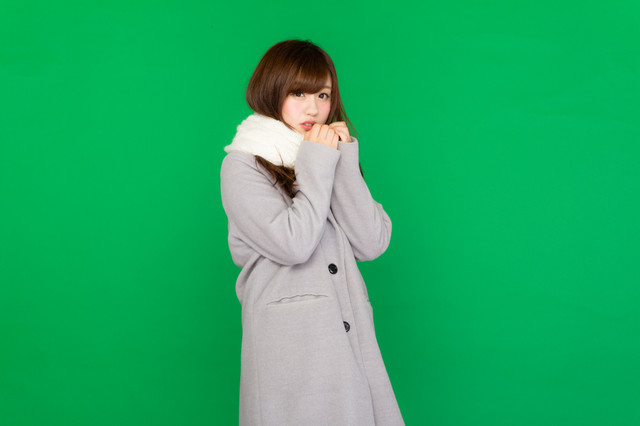 女 コート 寒い.jpg