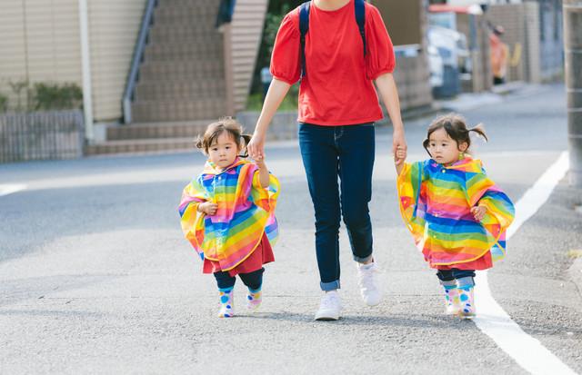 親子 子供 双子.jpg