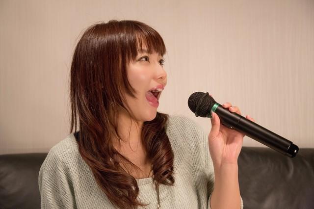 カラオケ 歌 女.jpg