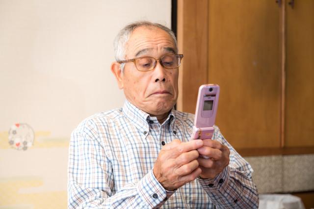 ガラケー 携帯 じじい.jpg