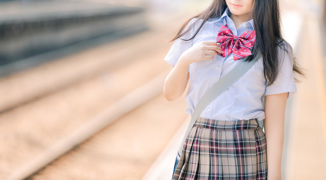女 線路 学生 制服 駅.jpg