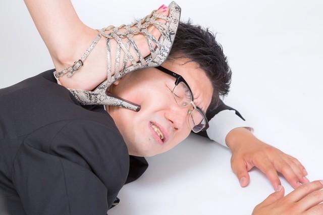 男 踏まれる ハイヒール.jpg