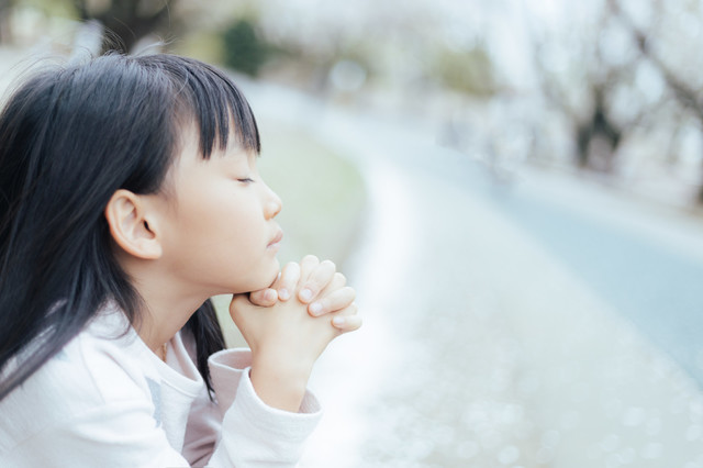 祈る 子供 女.jpg