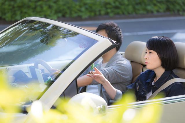 車 オープンカー デート 男女.jpg